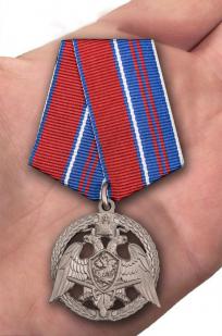"""Медаль Росгвардии """"За проявленную доблесть"""" 2 степени - вид на ладони"""