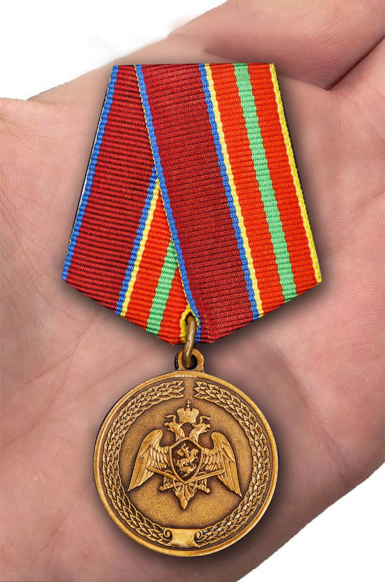 """Медаль Росгвардии """"За заслуги в труде"""" в бордовом футляре с доставкой"""