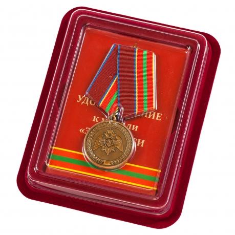 """Медаль Росгвардии """"За заслуги в труде"""" в бордовом футляре"""