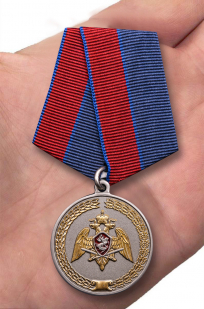"Медаль Росгвардии ""За заслуги в укреплении правопорядка"" - вид на ладони"