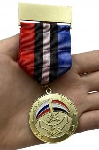 """Медаль """"Российско-Сирийская дружба"""" в футляре из бархатистого флока - вид на ладони"""