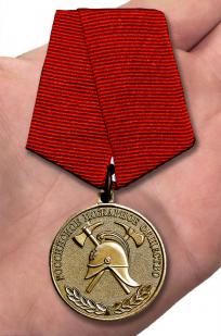 Медаль Российского пожарного общества За образцовую службу - вид на ладони