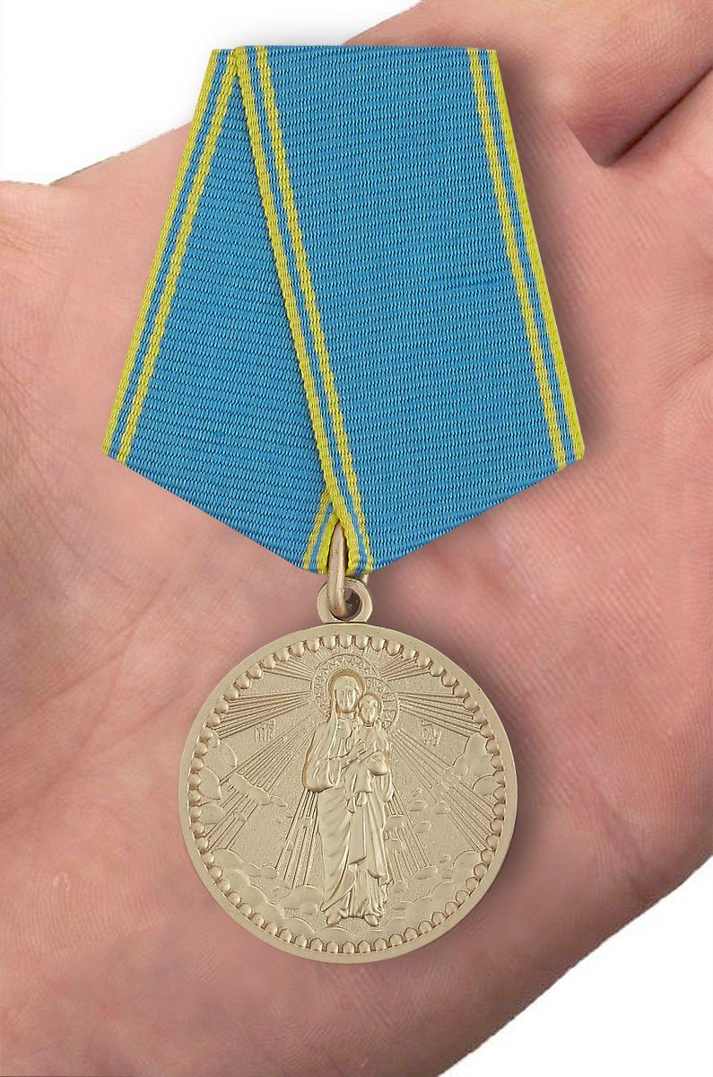 """Медаль Россия православная """"Благодатное небо"""" - вид на ладони"""
