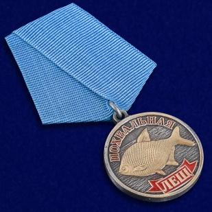 """Медаль рыбака """"Лещ"""" в наградном футляре с покрытием из флока - общий вид"""