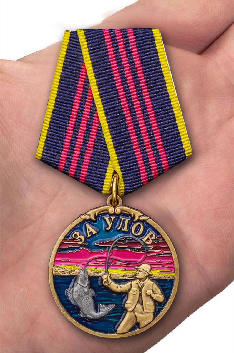 "Медаль рыбака ""За улов"" в футляре из бархатистого флока - вид на ладони"