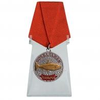 Медаль рыбаку Чавыча на подставке