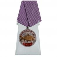 Медаль рыбаку Сазан на подставке