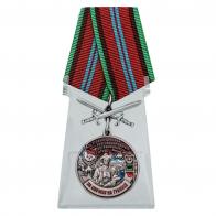 """Медаль с мечами """"За службу в Бахарденском пограничном отряде"""" на подставке"""