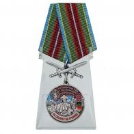 """Медаль с мечами """"За службу в Чунджинском пограничном отряде"""" на подставке"""