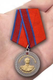 Медаль с символикой Росгвардии Генерал от инфантерии Е.Ф. Комаровский - на ладони