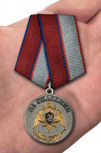 Медаль с символикой Росгвардии За спасение - на ладони