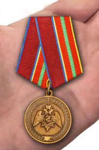 Медаль с символикой Росгвардии За заслуги в труде - на ладони