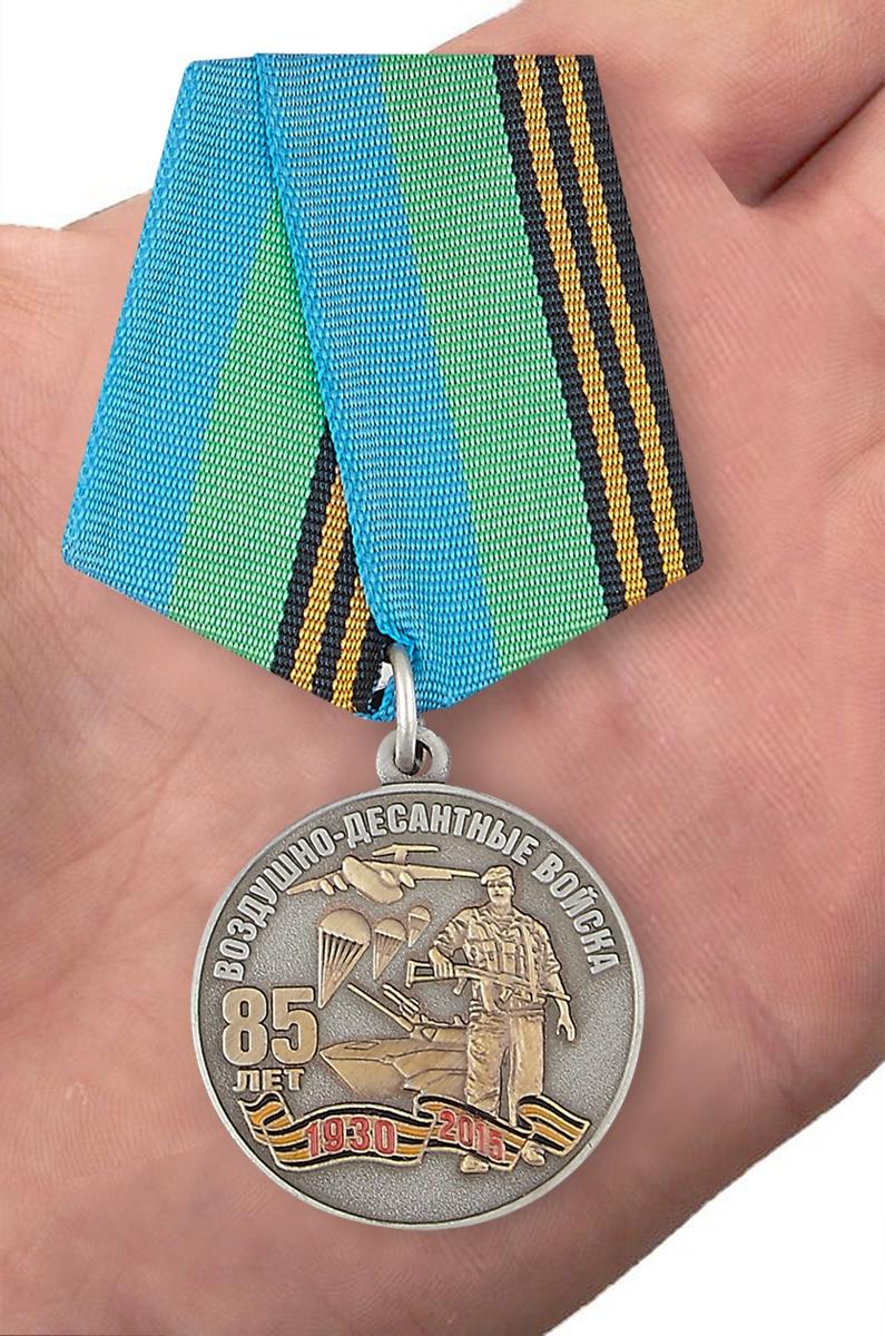 Медаль с символикой ВДВ - на ладони
