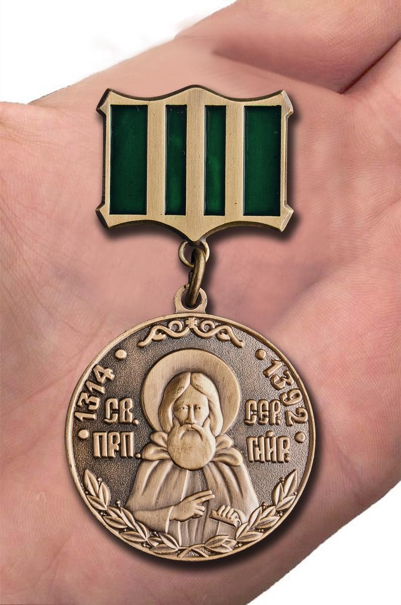 Медаль Сергия Радонежского 1 степени в красивом футляре из флока - вид на ладони