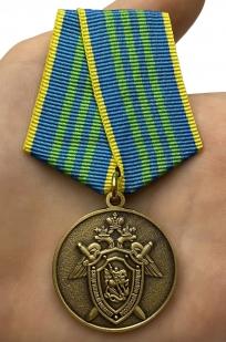 Медаль СК РФ За безупречную службу 3 степени - вид на ладони