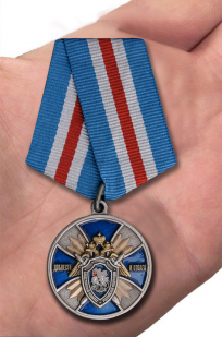 """Медаль СК РФ """"Доблесть и отвага!"""" в оригинальном футляре с покрытием из флока - вид на ладони"""