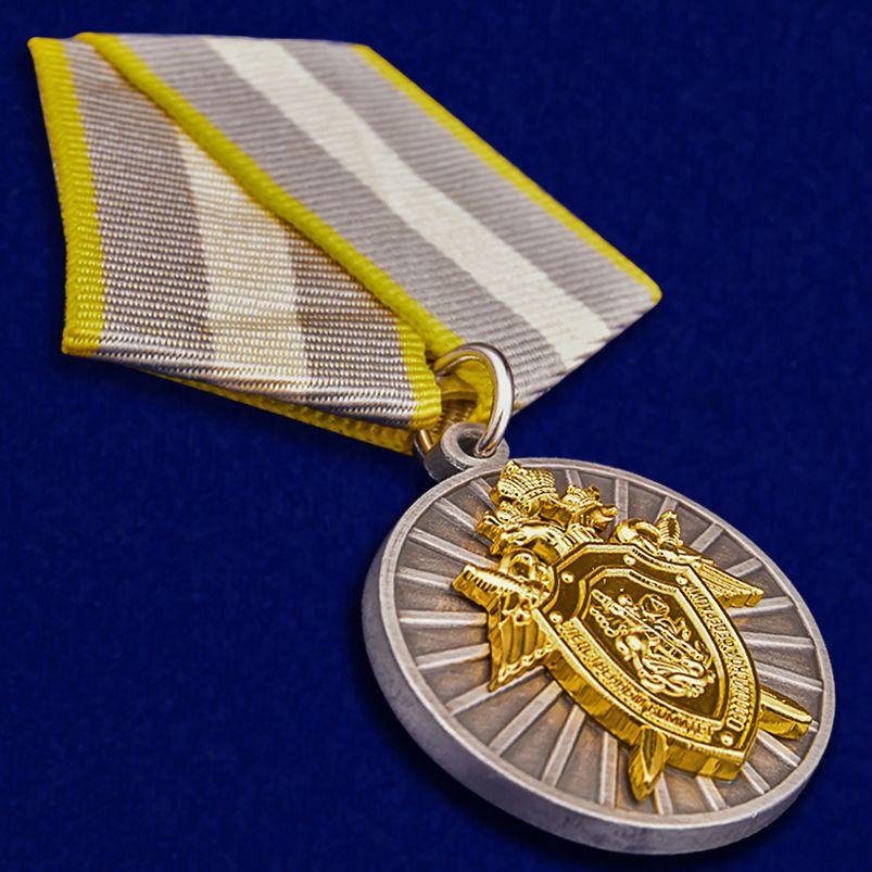 """Медаль СК РФ """"За отличие"""" в темно-бордовом футляре из флока - общий вид"""