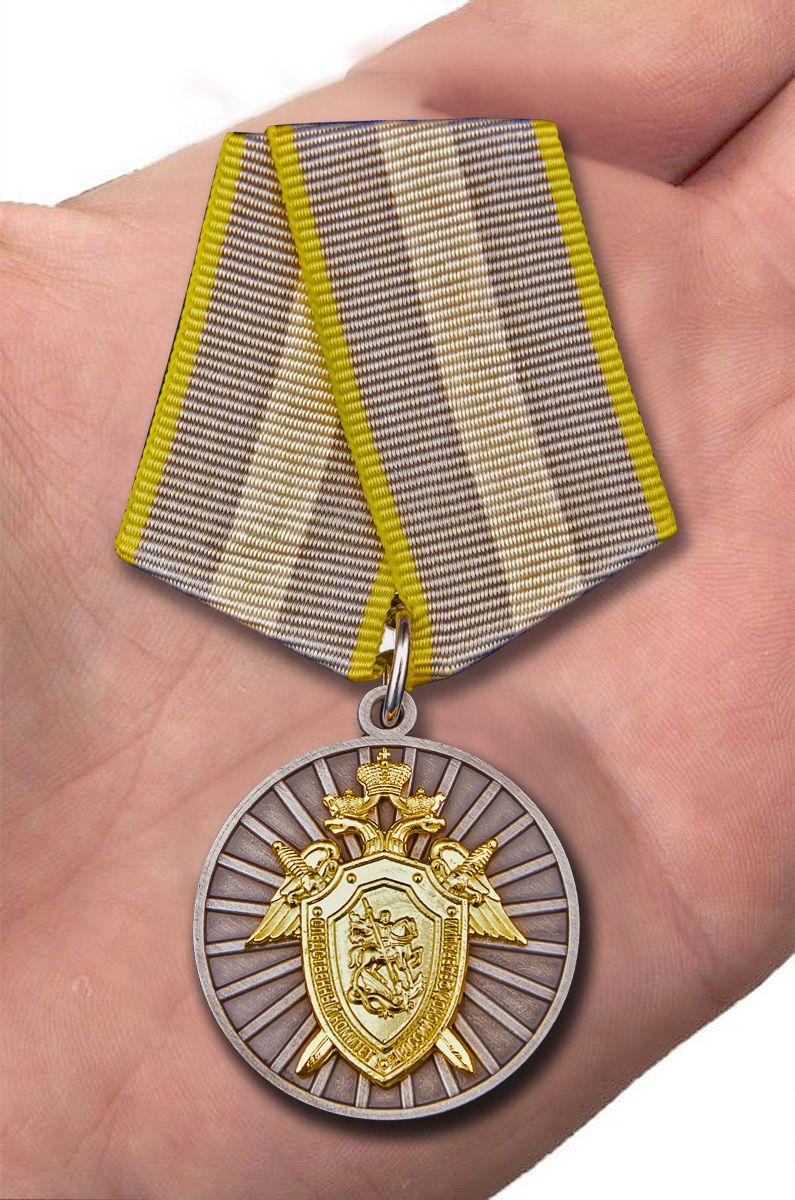 """Медаль СК РФ """"За отличие"""" в темно-бордовом футляре из флока - вид на ладони"""