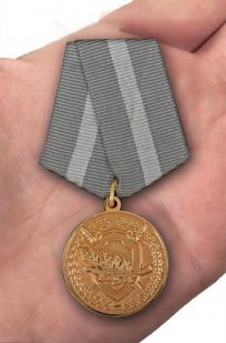 Медаль СК РФ За содействие - вид на ладони