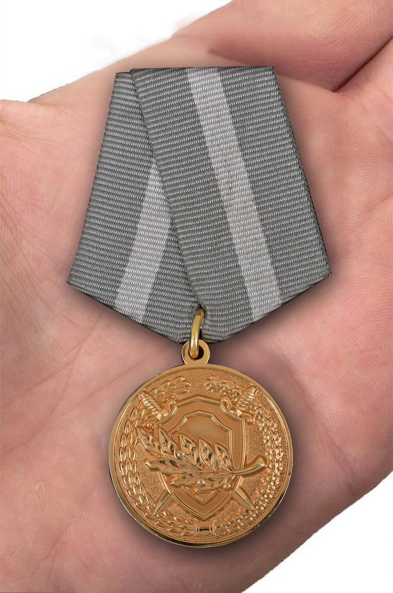 """Медаль СК РФ """"За содействие"""" в красивом футляре из темно-бордового флока - вид на ладони"""