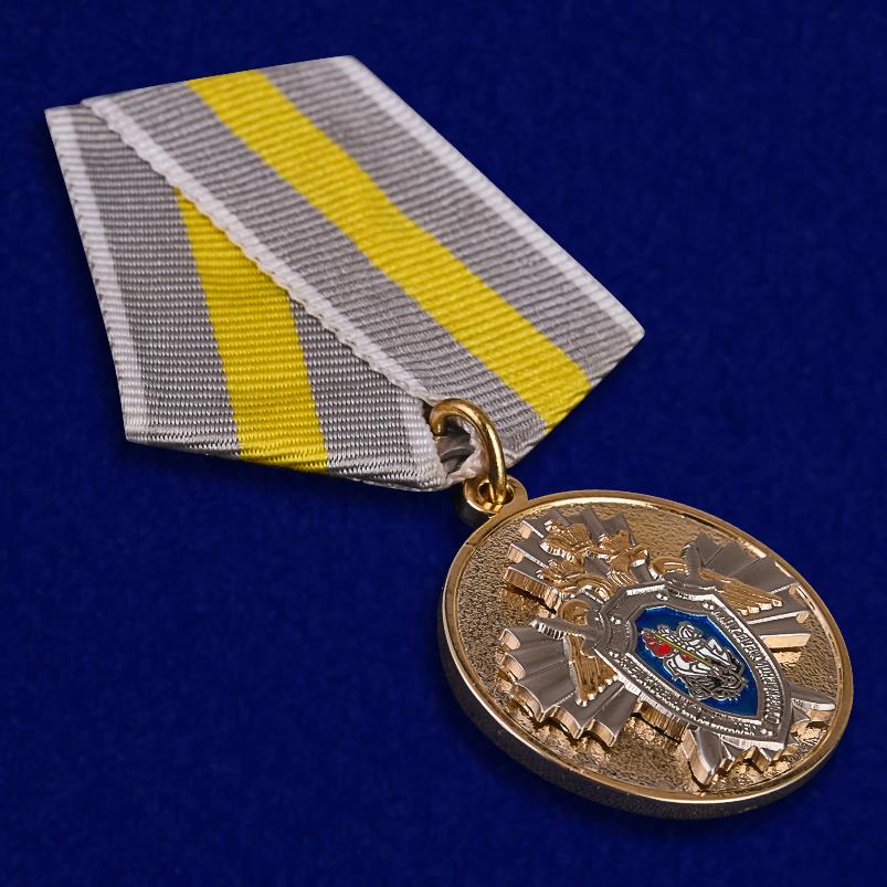 """Медаль СК РФ """"За заслуги"""" в красивом футляре с покрытием из флока - общий вид"""