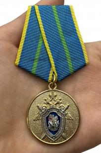 Медаль СК России За безупречную службу 1 степени - вид на ладони