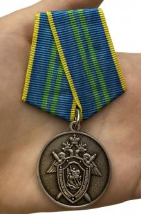 Медаль СК России За безупречную службу 2 степени - вид на ладони