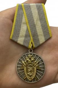 Медаль СК России За отличие - вид на ладони