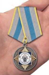 Медаль СК России За верность служебному долгу - вид на ладони