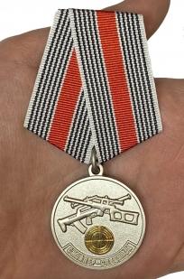 Медаль Снайпер спецназа - вид на ладони