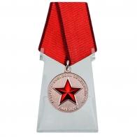 Медаль Солдат своей страны на подставке