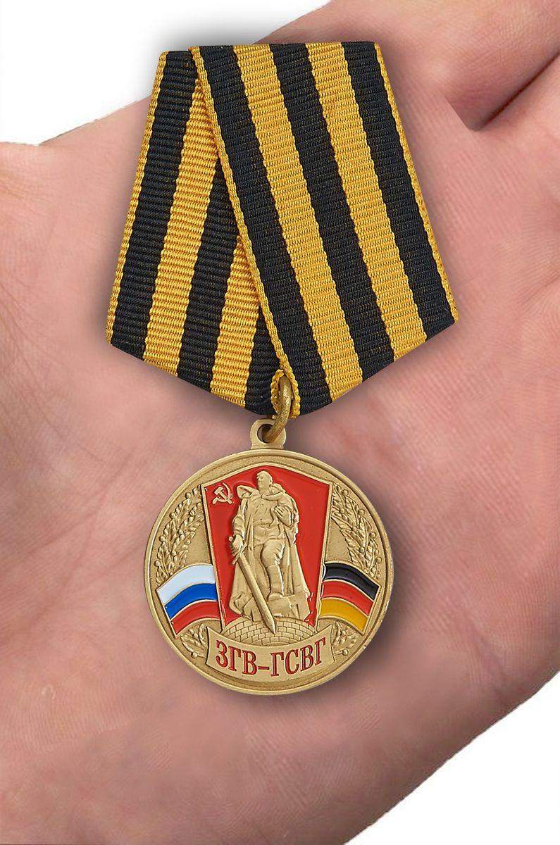 Медаль Союз ветеранов ЗГВ-ГСВГ в футляре с удостоверением - вид на ладони
