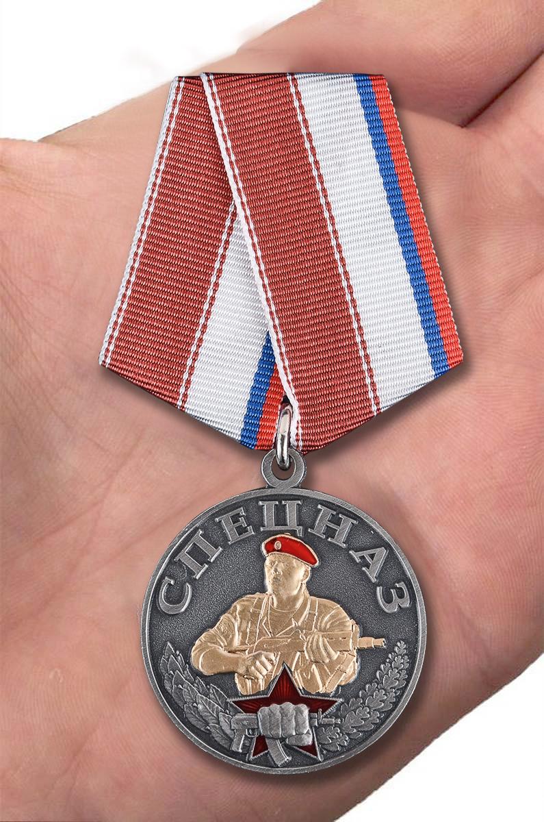 Медаль Спецназ в нарядном футляре з флока - вид на ладони