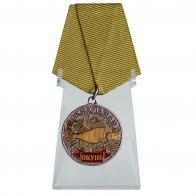 Медаль сувенир Окунь на подставке