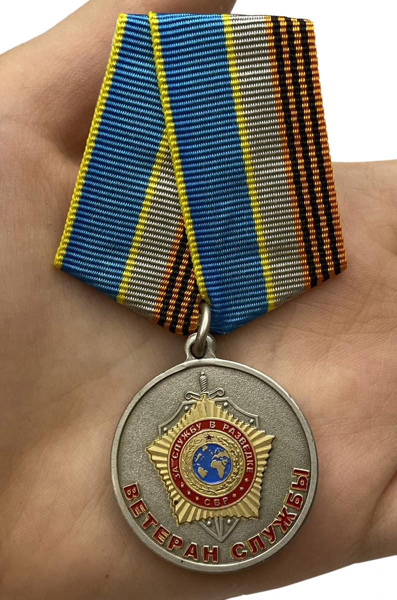 """Медаль СВР """"Ветеран службы"""" - вид на ладони"""