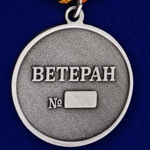 Медаль танкисту ветерану в футляре с пластиковой крышкой - обратная сторона