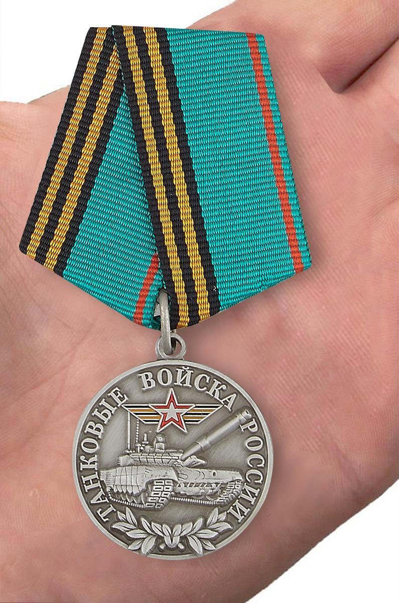 Медаль танкисту ветерану в футляре с пластиковой крышкой - вид на ладони