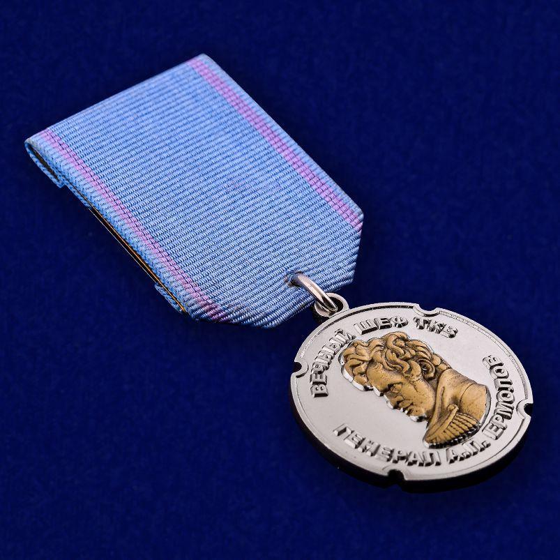 """Медаль ТКВ """"За особые заслуги"""" в футляре из бордового флока - общий вид"""
