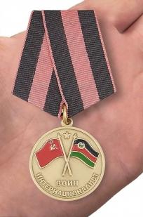 Медаль Участник боевых действий в Афганистане в футляре с покрытием из флока - вид на ладони