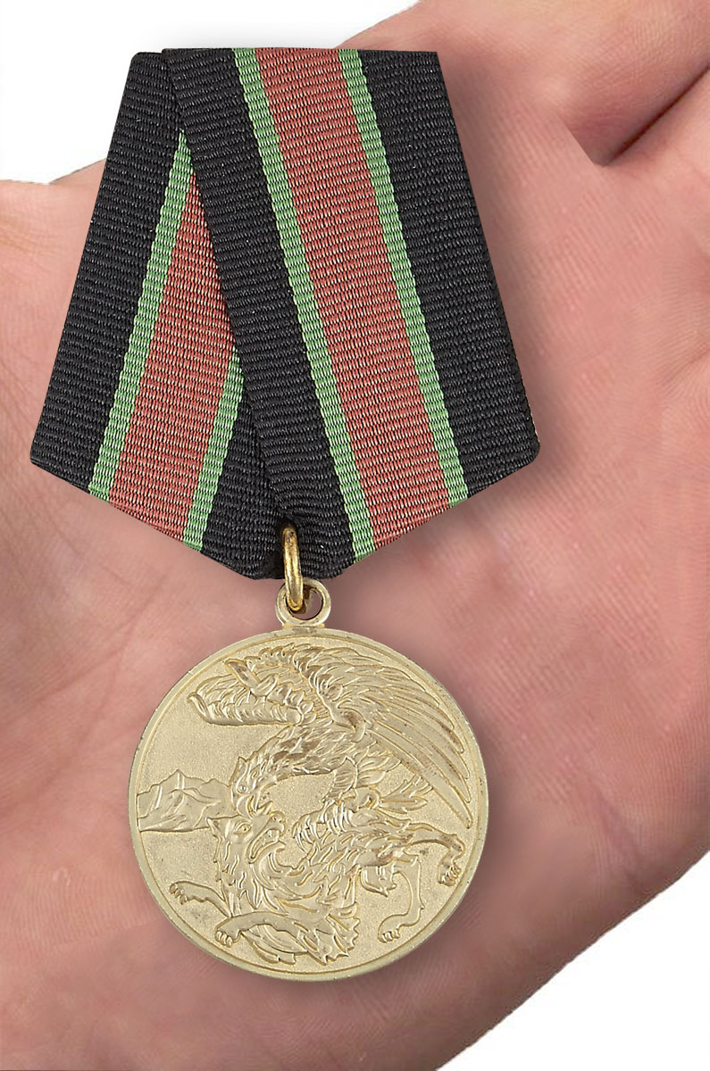 """Медаль """"Участник контртеррористической операции на Кавказе"""" - вид на ладони"""