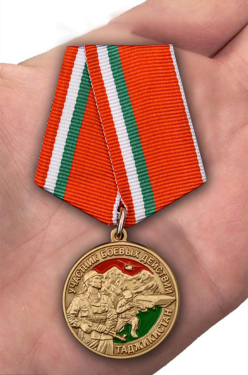 Медаль Участнику боевых действий в Таджикистане 1992-1997 гг - вид на ладони
