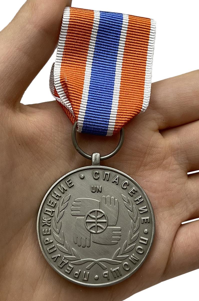 Медаль Участнику чрезвычайных гуманитарных операций МЧС - вид на ладони