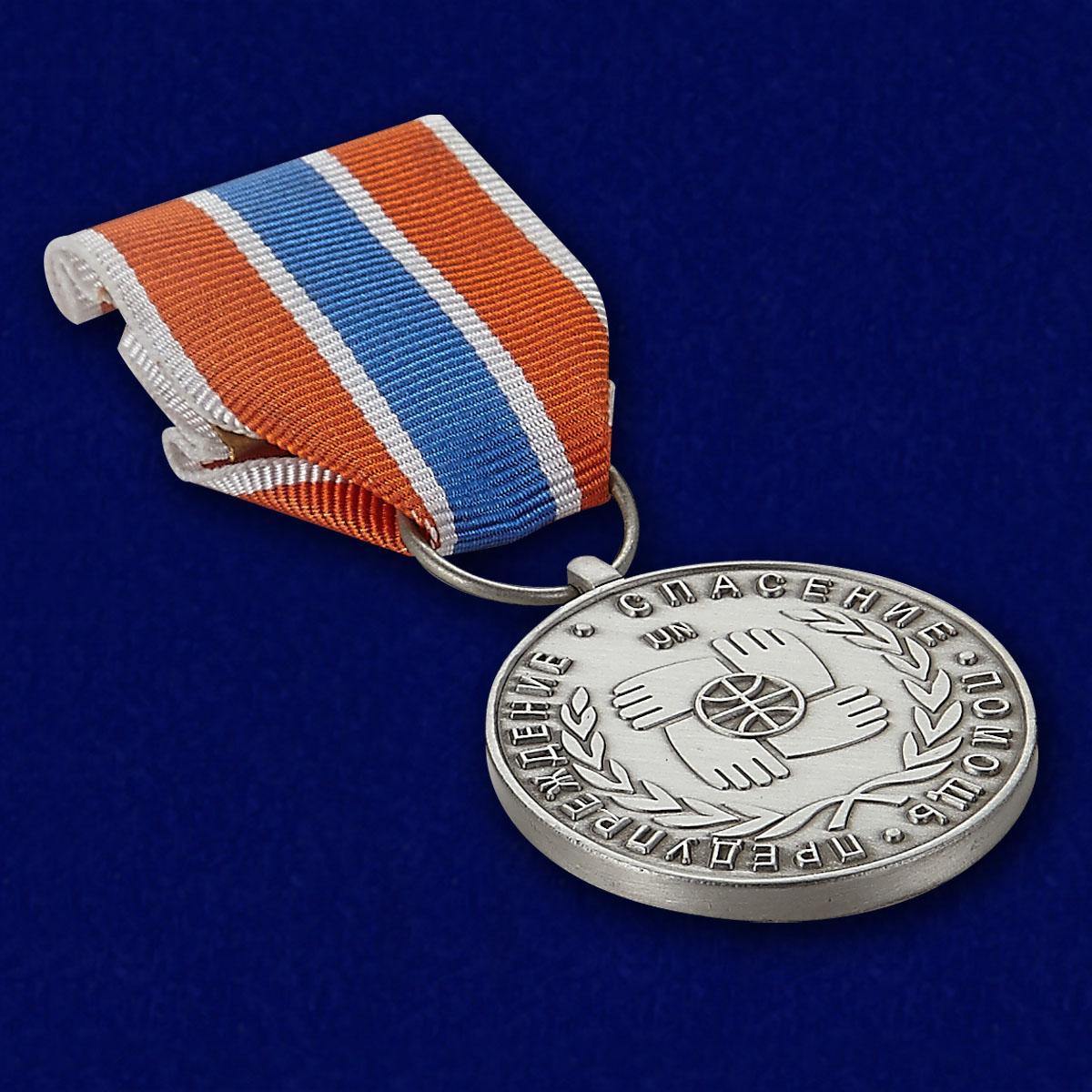 Медаль Участнику чрезвычайных гуманитарных операций МЧС - вид под углом