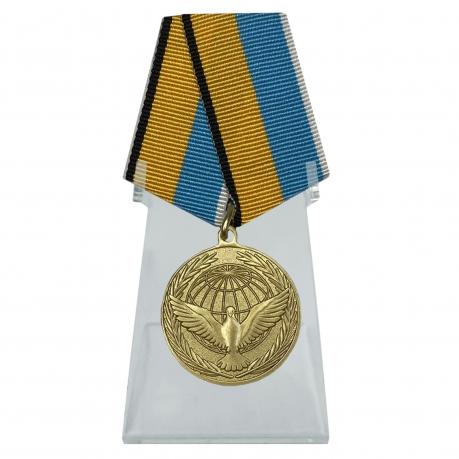 Медаль Участнику миротворческой операции на подставке