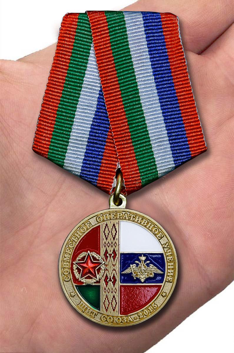 Медаль Учение Щит Союза-2015 на подставке - вид на ладони