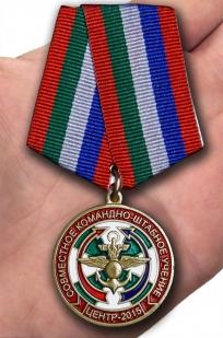 Медаль Учение Центр-2015 на подставке - вид на ладони