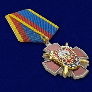 """Медаль Уголовного розыска """"За заслуги"""" в бордовом футляре из флока с прозрачной крышкой - общий вид"""