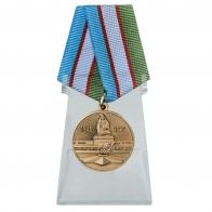 Медаль Узбекистана День Победы во Второй мировой войне на подставке