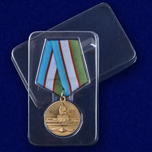 Медаль Узбекистана День Победы во Второй мировой войне на подставке - в футляре