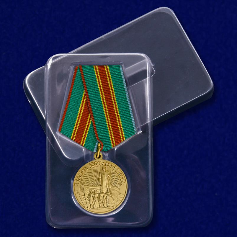 """Медаль """"В память 1500-летия Киева"""" в футляре"""